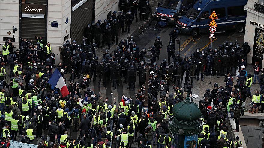"""الشرطة الفرنسية تطلق الغاز المسيل للدموع على متظاهري """"السترات الصفراء"""" في باريس"""