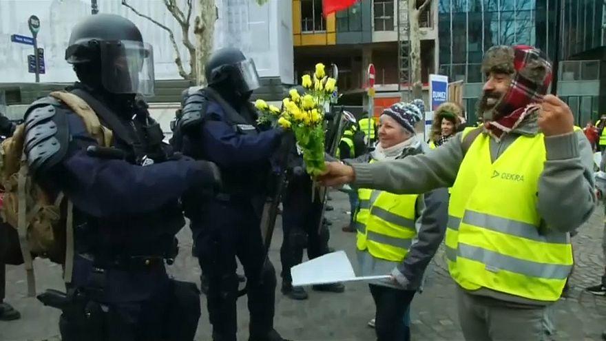 Sarı Yelekliler polise çicek uzattı