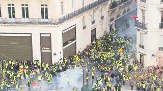 Fransız polisinden Sarı Yelekliler'e gaz bombası