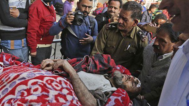 انتقال یکی از مجروحان به بیمارستان