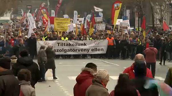 Macaristan'da sendikalar 'köle yasası'na karşı yürüdü