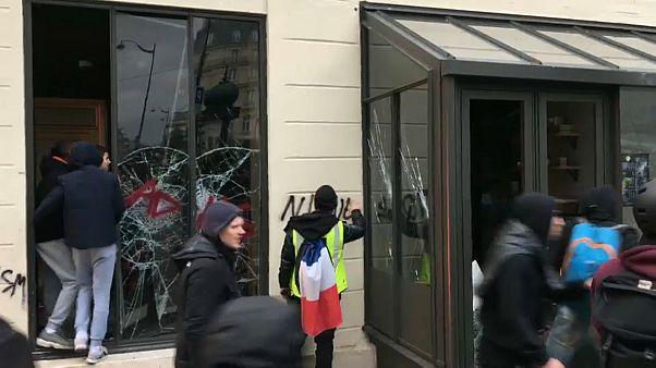 Sarı Yelekliler Starbucks kafeye saldırdı