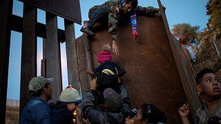 ABD'ye doğru göç kervanı: Bin kişi eve dönmeye ikna oldu