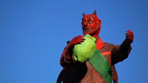 شاهد: الغواتيماليون يحرقون دمى الشيطان لتطهير نفوسهم احتفالا بإقتراب عيد الميلاد