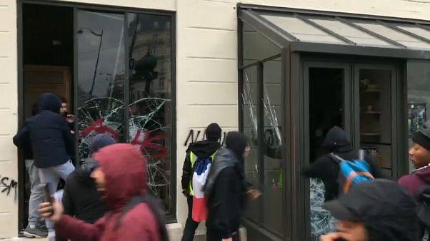 شاهد: اقتحام وتحطيم مقهى ستاربكس بباريس خلال احتجاجات السترات الصفراء