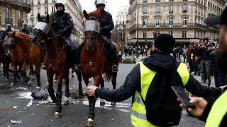 شاهد: الشرطة الفرنسية تستخدم الخيول والكلاب للسيطرة على متظاهري السترات الصفراء