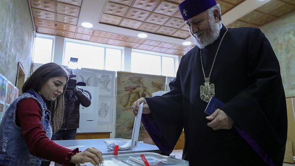 'Barışçıl Devrim'den 7 ay sonra Ermenistan erken seçim için sandık başında
