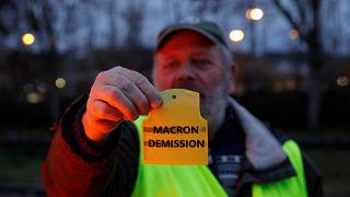 شاهد: تنظيف شوارع باريس بعد تجدد الاحتجاجات وماكرون يستعد للرد على السترات الصفراء
