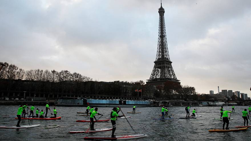 800 paddles traversent Paris