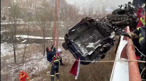 نجات راننده معلق میان زمین و هوا در چین