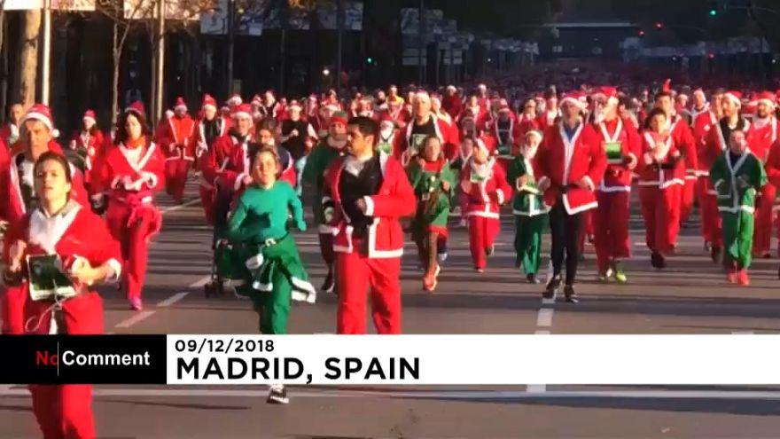 Des milliers de père noël envahissent les rues de Madrid