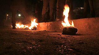 Junge Männer mit brennenden Bällen