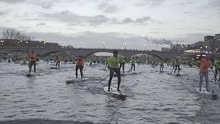 À Paris, les adeptes du stand-up paddle à l'assaut de la Seine