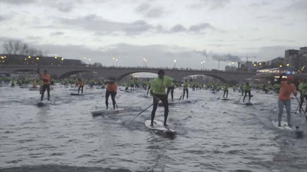 Paris'in göbeğinde kürek çeken sörfçüler