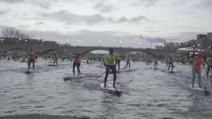 À Paris, les adeptes du stand-up paddle à l'assaut de la Seine