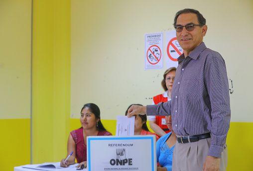 El presidente peruano, Martín Vizcarra, deposita su voto en el referéndum