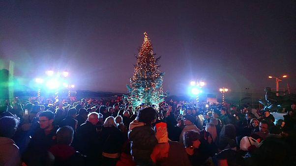 Το χριστουγεννιάτικο δέντρο που φώτισε το πυρόπληκτο Μάτι