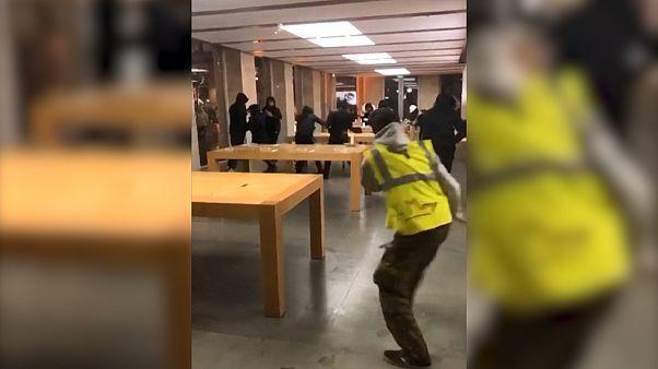 Sarı Yelekliler Apple mağazasını yağmaladı