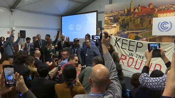 شاهد: أمريكيون يقتحمون اجتماعاً بمؤتمر المناخ اعتراضاً على سياسات ترامب
