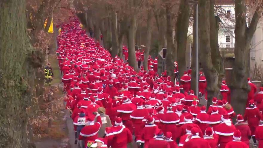 """شاهد : إحتفالات وسباق 1200 """"سانتا """" في مدينة ميشندورف في ألمانيا"""