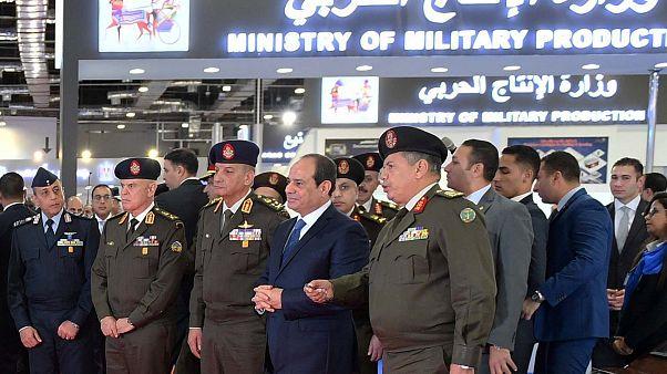 الرئيس المصري عبد الفتاح السيسي وسط قيادات عسكرية مصرية