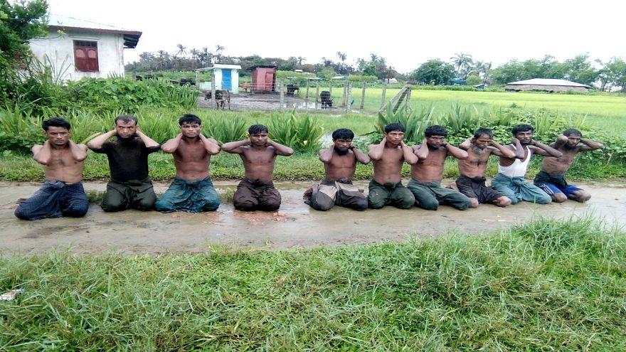 رجال من الروهينجا مربوطي الأيدي بقرية إن دين في ميانمار 1 سبتمبر أيلول 2017