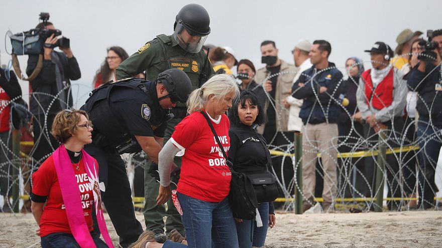 ABD - Meksika sınırında göçmen yanlısı gösteri: 32 gözaltı