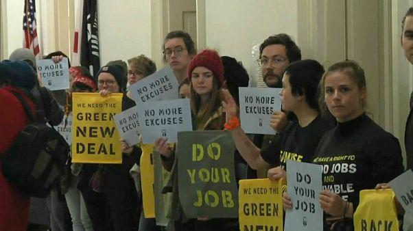 شاهد: الشرطة تعتقل نشطاء المناخ أمام مكتب نانسي بيلوسي