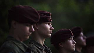 Jóvenes polacos que sueñan con maniobras militares