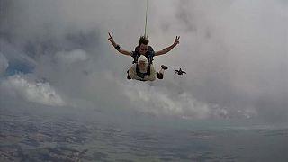 102 yaşında paraşütle atlayarak rekor kırdı