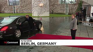 Theresa May Berlin'de Merkel ile yapacağı toplantı öncesi araçta kilitli kaldı
