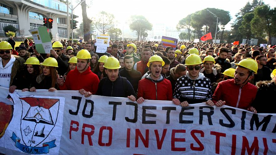 Albania, gli studenti in piazza a fiumi contro l'innalzamento delle tasse