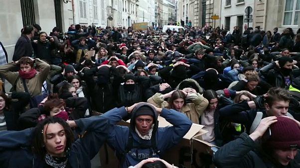 فيديو: مظاهرات غاضبة لطلبة فرنسيين احتجاجا على إغفال ماكرون ذكرهم في خطابه
