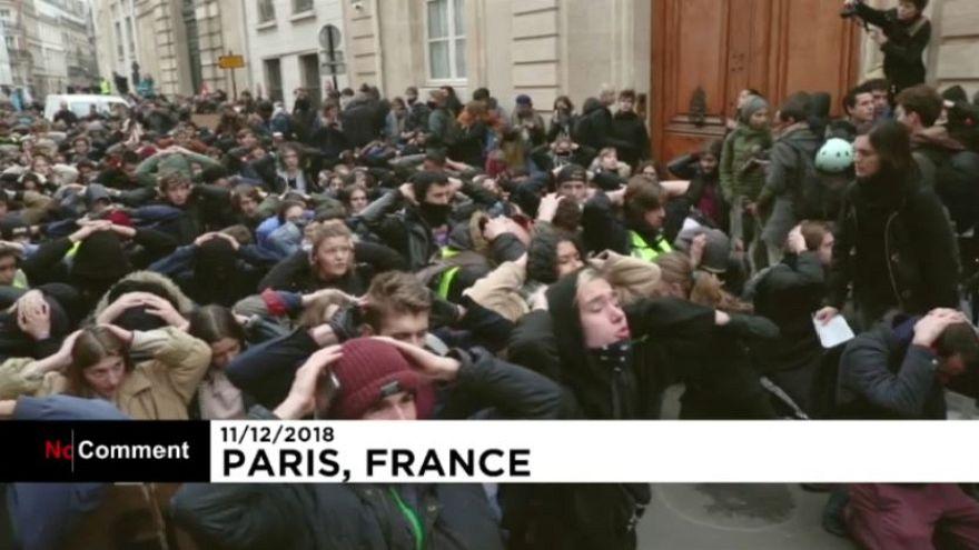 Paris ve Strasbourg'da lise öğrencileri Cumhurbaşkanı Macron'u protesto etti