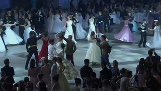 شاهد: حفل راقص في قصر الكرملين بمشاركة 1000 من تلامذة المعاهد العسكرية الروسية