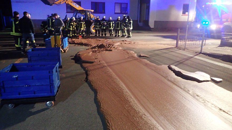 Csokoládé lepte el az utcát a németországi Werlben