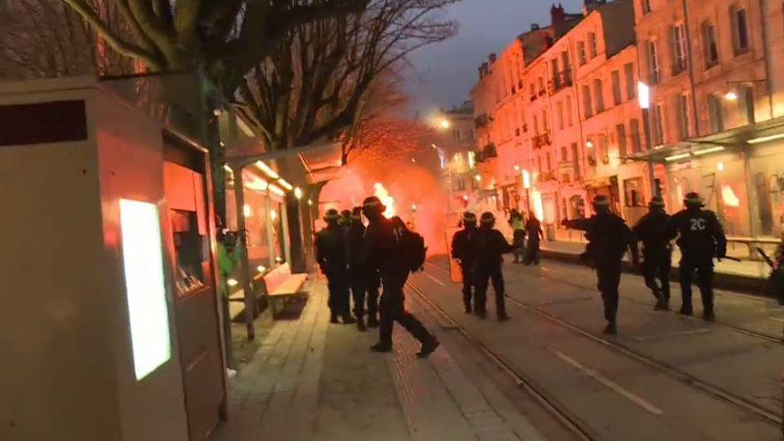 Fransa'da Sarı Yelekliler krizi:  Muhalefet hükümet aleyhine gensoru önergesi verdi