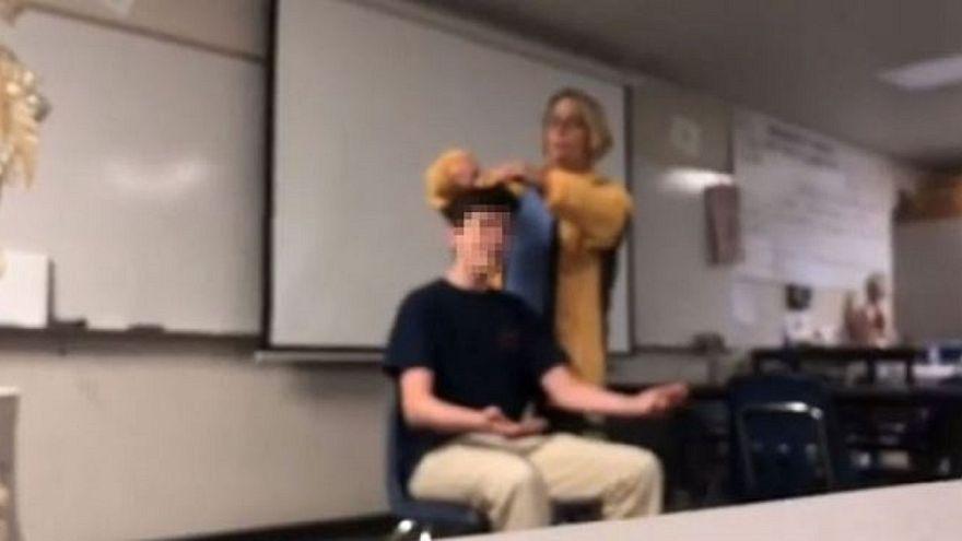 شاهد: مدرسة كيمياء أمريكية تقص شعر طلابها عنوة وهي تردد النشيد الوطني!