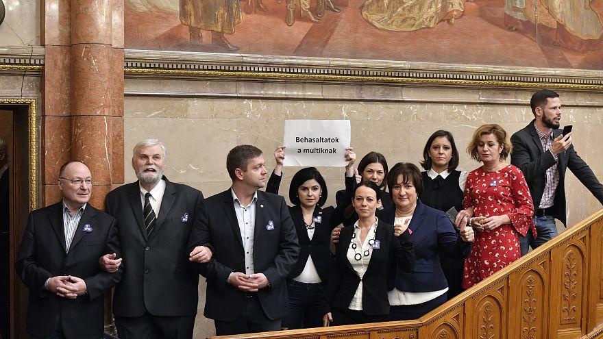 Hükümete bağlı yeni idari mahkemeler Macaristan'da krize neden oldu