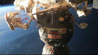 Kosmonauten untersuchen ISS - Mysteriöses Loch in Raumkapsel