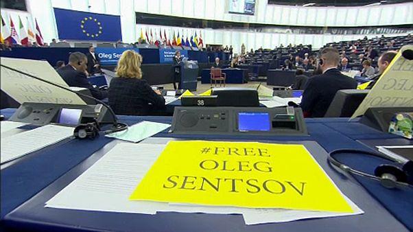 """البرلمان الأوروبي يكرّم المخرج الأوكراني سينتزوف المسجون في روسيا بمنحه جائزة """"سخاروف"""""""