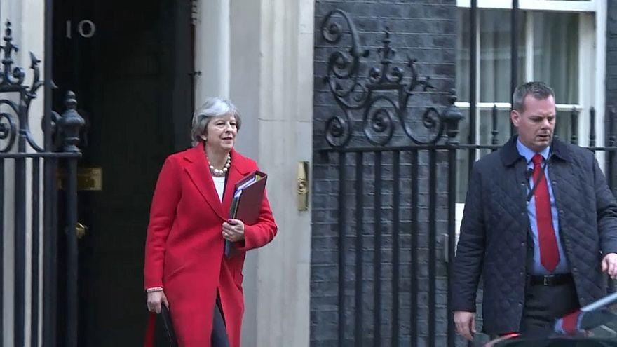 Misstrauensabstimmung in London - May kämpft um Brexit-Deal