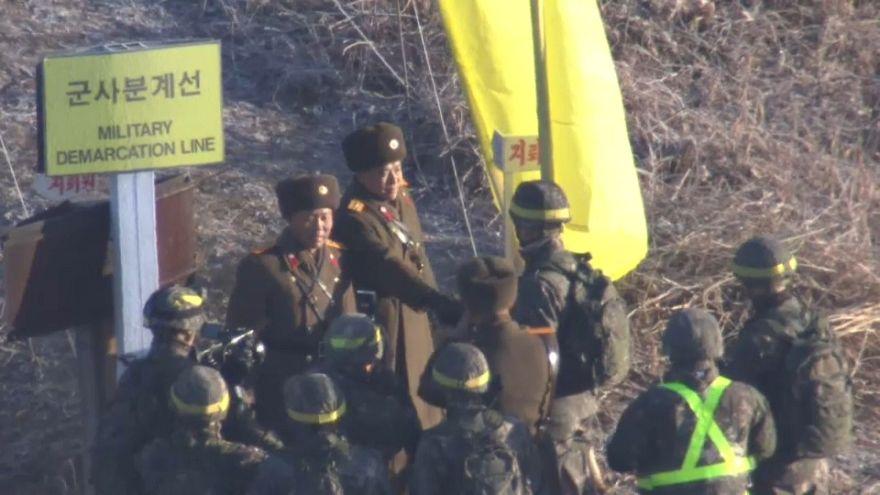 İki Kore arasındaki sınır muhafızları birbirlerinin toprağına ayak basıp el sıkıştı