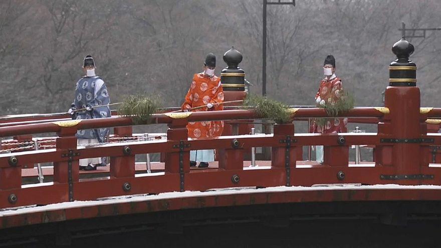 شاهد: كهنة يابانيون يحيون تقليد تنظيف جسر شينكيو المقدس