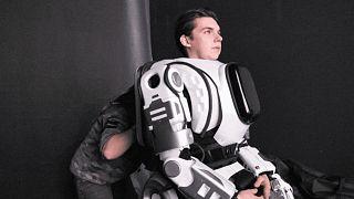 الممثل الروسي أثناء ارتدائه لبدلة الروبوت بوريس