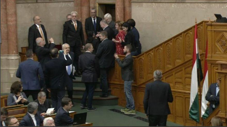 Ungheria, caos in Parlamento per la modifica della legge sul lavoro