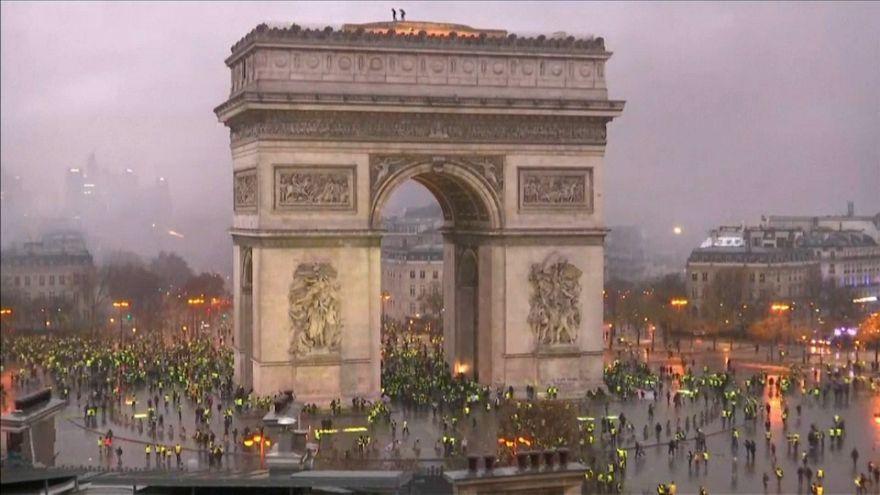 Parigi, riapre l'Arco di Trionfo