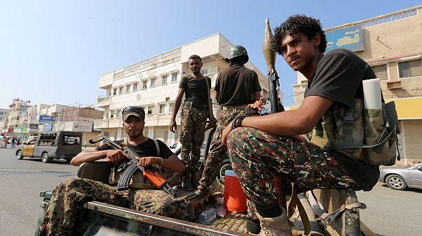 Hudeyde'de devriye gezen Husi militanlar