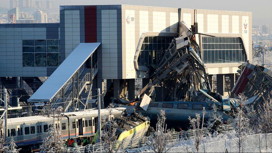 Colisão de comboios faz mais de 50 vítimas na Turquia