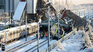 Mozdonynak, majd felüljárónak ütközött a gyorsvonat, többen meghaltak